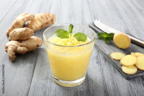 ginger frullato sfondo grigio - 60883662