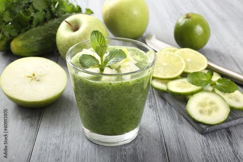 Leinwandbild Motiv frullato di frutta e verdura colore verde