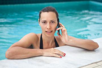Frau ruft aus dem Urlaub  an