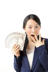 お金を持って驚く女性