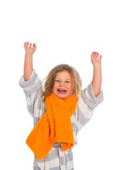 Kind im Bademantel ist fröhlich