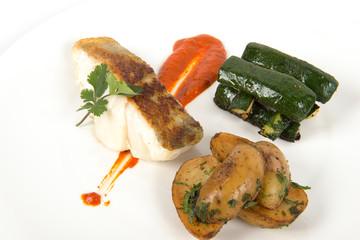 poisson grillé et légumes sur assiette