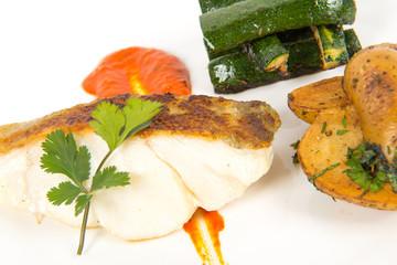 poisson et légumes sur assiette