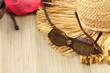 vacances à la plage : lunettes, maillot et chapeau