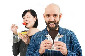 Lachender Mann mit Schokolade,Frau mit Obst