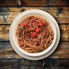 spaghetti cioccolato e peperoncino su legno