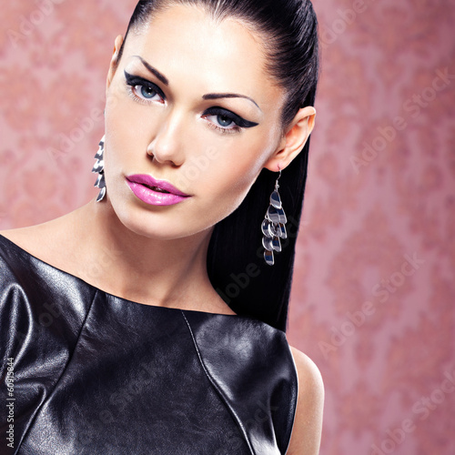 Portrait of a beautiful  fashion woman with  bright makeup.