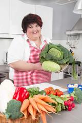 Frau mit frischem Gemüse in der Küche: Start einer Diät