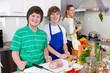 Familie: Mutter kocht gemeinsam mit den Kindern