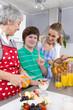 Familie in der Küche bereitet Frühstück zu - Generationen