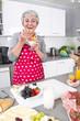 Gesunde Ernährung im Alter: Seniorin in der Küche