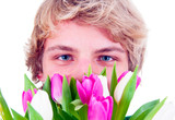 Teenager mit Tulpen