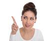 Witzige junge Frau freigestellt zeigt mit dem Zeigefinger