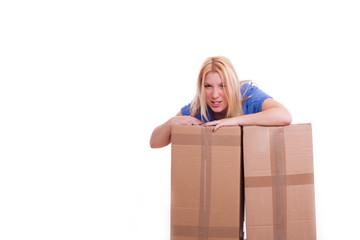 Frau stützt sich wütend auf Kisten