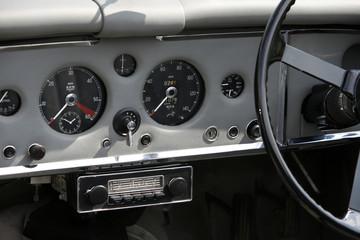 Cockpit eines alten Automobils