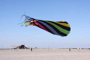 drachen über dem sandstrand