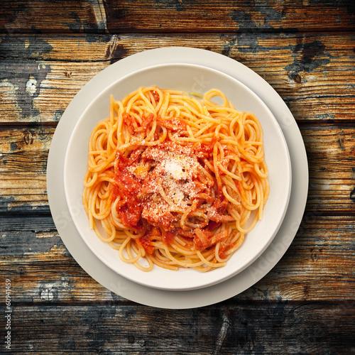spaghetti all'amatriciana su fondo legno