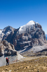 Bergsteiger mit Blick auf Tofana di Rozes - Dolomiten