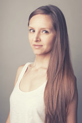 Jeune femme mode cheveux longs