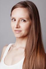 Portrait jeune femme au cheveux longs