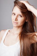 Jeune femme coiffure cheveux long