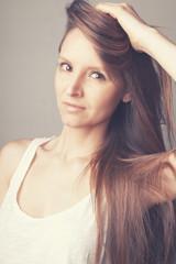 VIsage jeune femme cheveux au vent