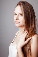 Jeune femme douce aux longs cheveux