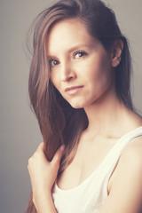 Portrait jolie jeune femme brune