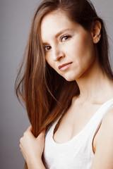 Visage jeune femme brune douceur