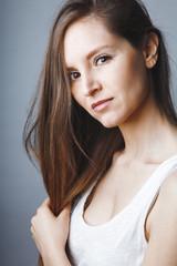 Portrait jeune femme douce et brune