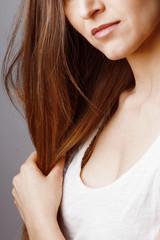 Détail bouche jeune femme brune