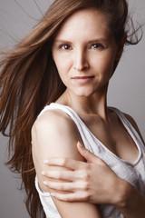 Jeune femme mode cheveux au vent