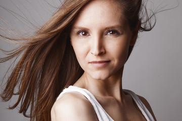 Portrait jeune femme maquillage cheveux au vent