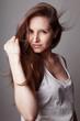 Jeune femme brune cheveux dans le vent