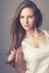 Portrait jeune femme mode cheveux longs