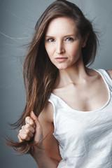 VIsage jeune femme brune au cheveux longs