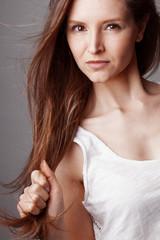 Visage jeune femme brune cheveux longs