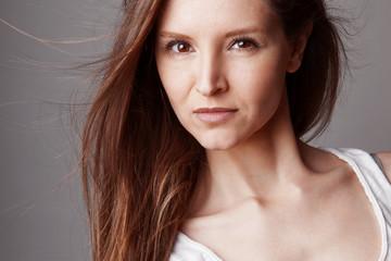 Portrait jeune femme cheveux au vent
