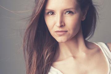 Visage beauté maquillage jeune femme brune