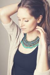 Portrait jeune femme collier vert