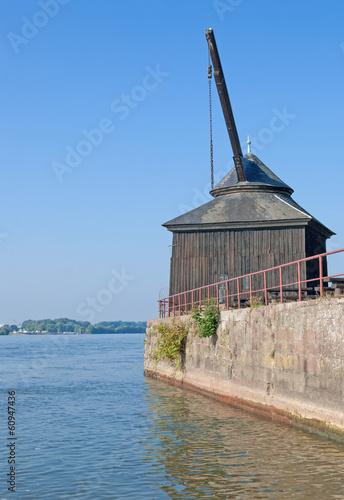 der bekannte Oestricher Kran am Rhein im Rheingau - 60947436