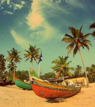 stare łodzie rybackie na plaży - w stylu retro, vintage