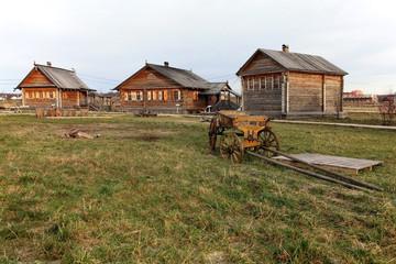 Три деревянных дома и телега