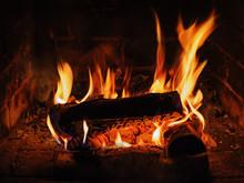 Kamin mit Brennholz Birke und Flamme.