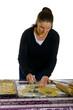 Frau bereitet Butterplätzchen zu