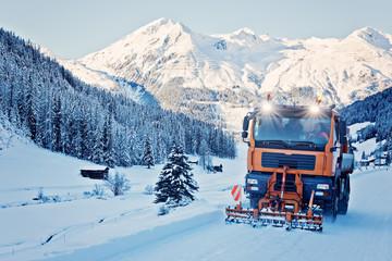 Räumfahrzeug in den Alpen - Schweiz