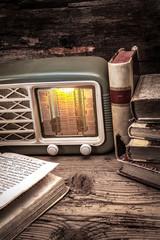 vecchia radio con libri