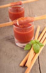 Grissini mit Schinken an Tomatenbad