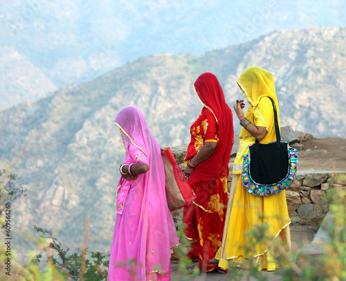 Papiers peints Inde Indian women in colorful saris on top of hill