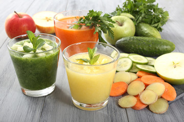 frullati di frutta e verdura colori verde arancio giallo
